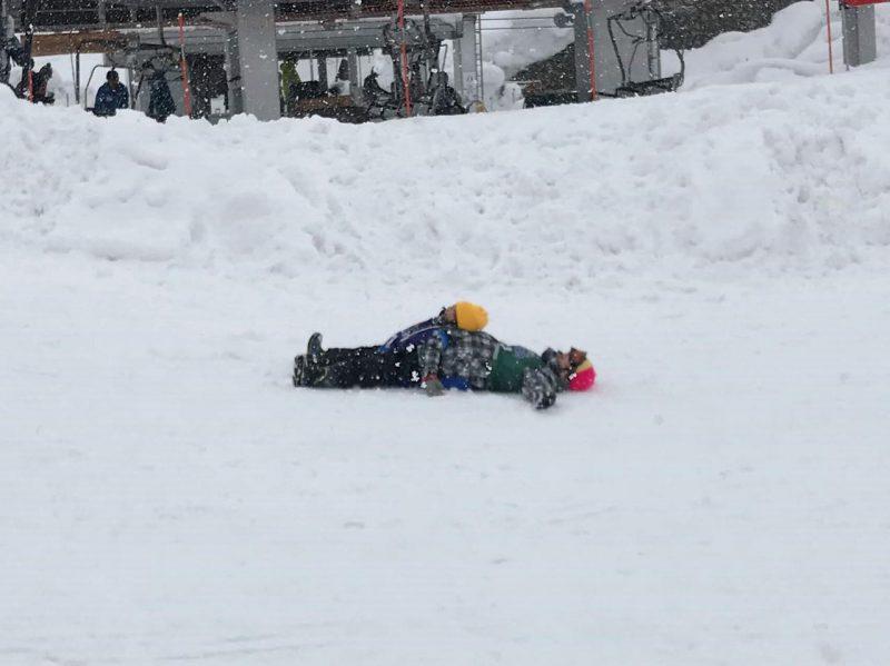 最年少児は、スキーを早々に切り上げ、ソリで遊びました。何度も何度も滑り、疲れたのかゴローン。