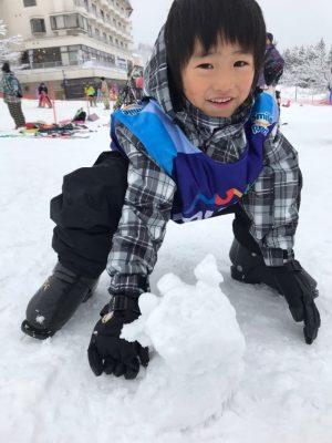 雪合戦をしたり、雪だるまを作ったりして、雪の中を走り回りました。