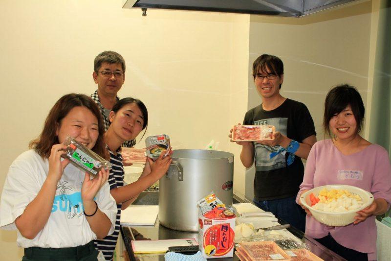 レスパイト旅行で調理する黒田さん(左奥)とボランティアたち